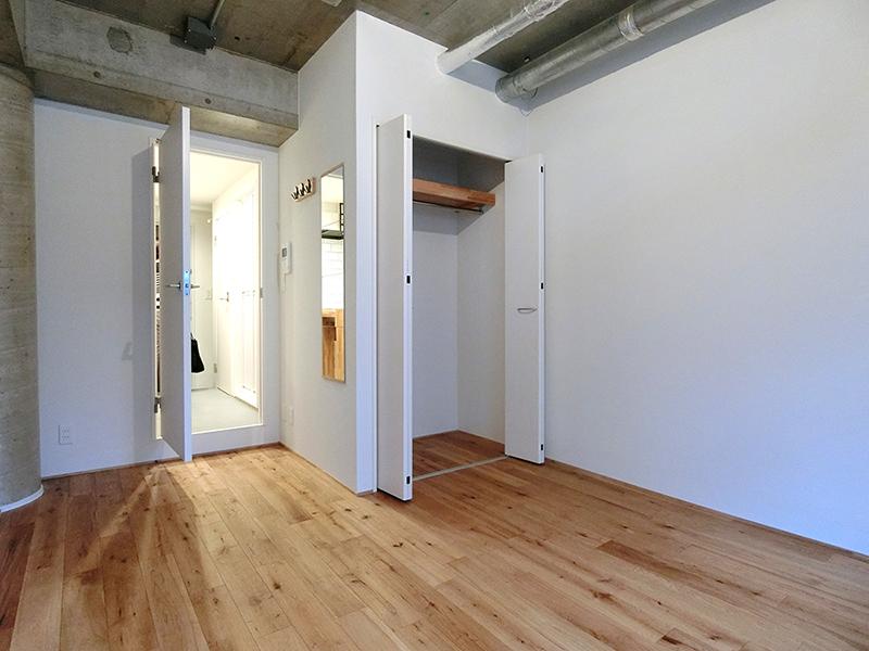 無垢の床と躯体表しの天井が相性バツグン【世田谷区・賃料UPに成功したリノベーション事例】の画像
