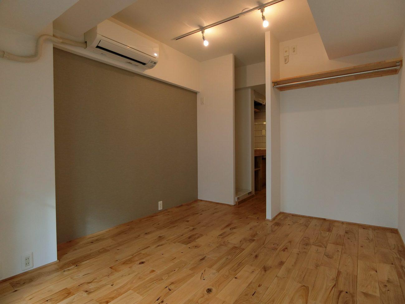 大きな窓とヤマグリの床【新宿区牛込神楽坂駅・賃料UPに成功したリノベーション事例】の画像