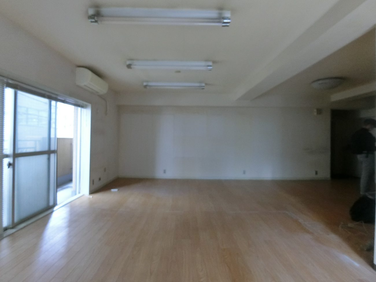 五反田 築40年の古オフィスを無垢+躯体表しリノベで、4万円賃料アップ、即満室の画像