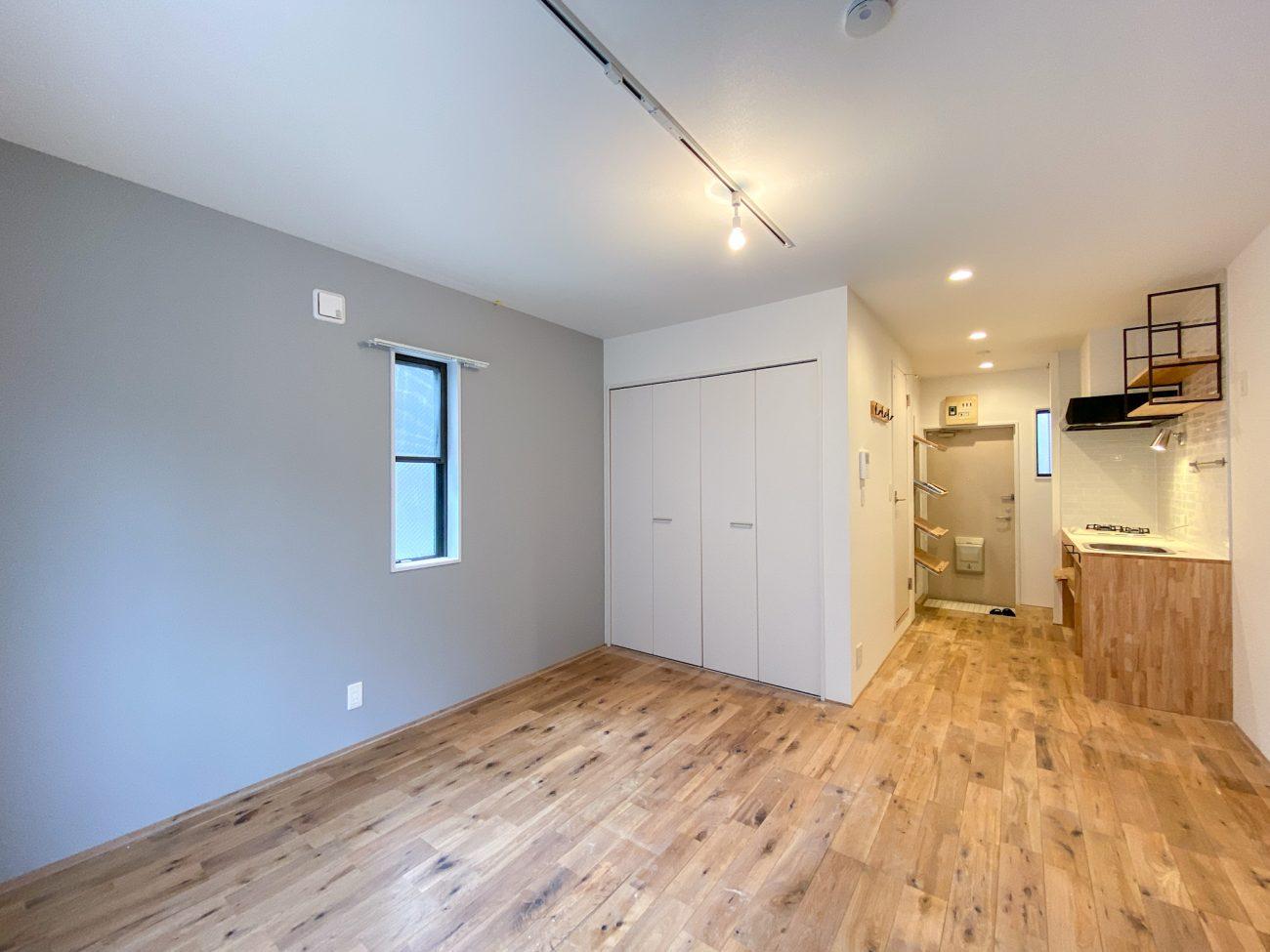 白楽 築18年 木造 27m2 1Kを有孔ボード壁面、造作デスク付きリノベで工事中に満室にの画像