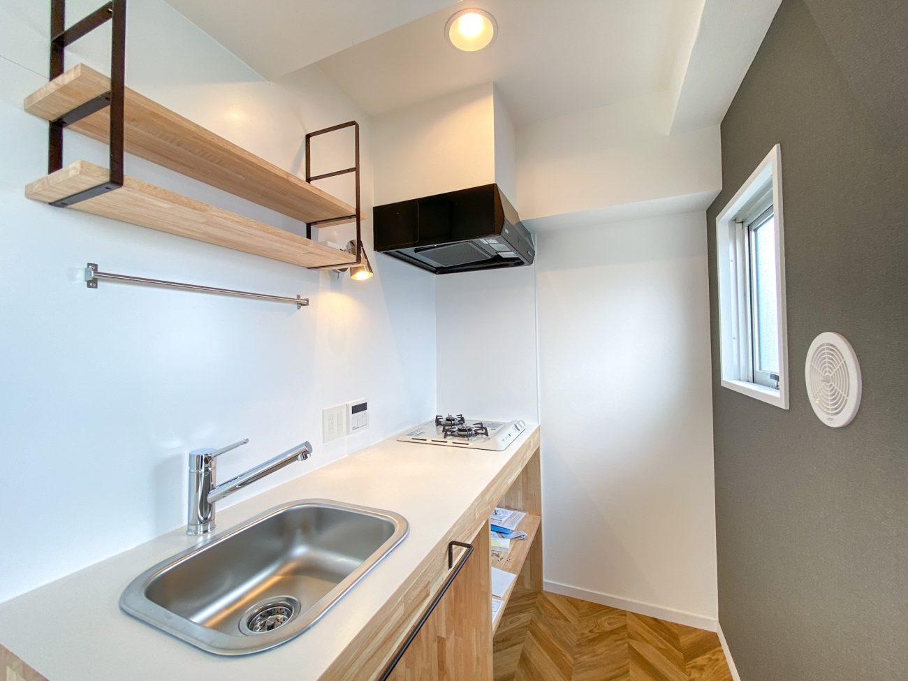 西荻窪 築38年 RC 28m2 ヘリンボーン床と造作キッチンが特長のナチュラルリノベの画像